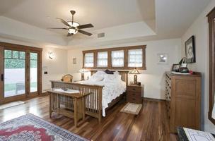 rymligt sovrum i huset foto