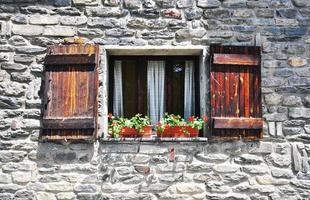 fönster i italienskt hus foto