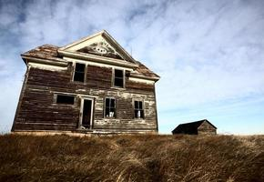 gammal övergiven bondgård foto