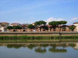 hus längs floden i Italien foto