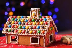 pepparkakshus dekorerad med färgglada godisar