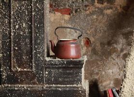 gammal tekanna i ett övergett hus