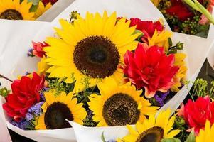 bukett blommor med solrosor foto
