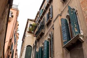 gamla typiska pittoreska hus i Venedig. Italien