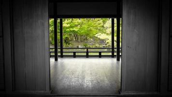 japansk trädgård med ett feng shui-hus foto