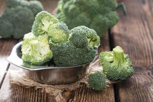 skål med färsk broccoli foto