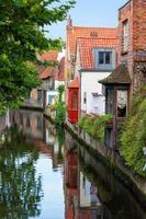 hus längs Bryggekanalen, Belgien foto