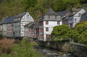 hus längs floden Rur, Monschau, Tyskland foto