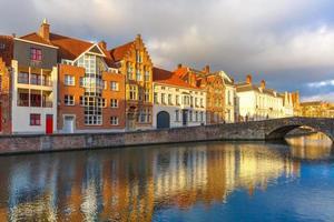 Brugge kanal spiegelrei med vackra hus, Belgien foto