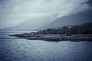 lofoten norska röda huset på stranden 2 foto