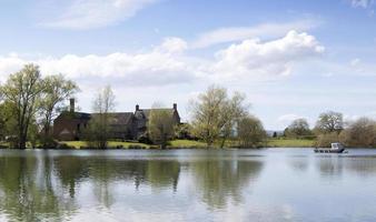 bondgård vid sjön foto