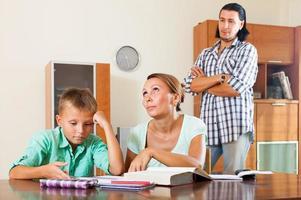 skolpojke gör läxor