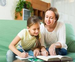 skolflicka och mamma gör läxor