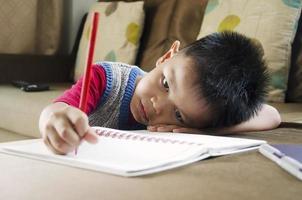 barnen skriver foto