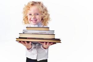 liten flicka med böcker isolerade en vit foto