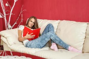 ung kvinnastudent lär sig hemma i soffan foto