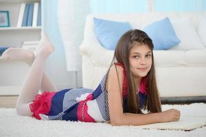 liten flicka som läser foto