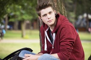 ung pojke i en park