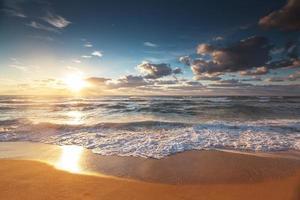 vackert molnlandskap över havet, solnedgång skott foto