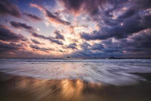dramatiskt molnlandskap över havet, skott av soluppgången