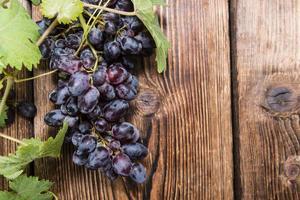 blå druvor (på träbakgrund) foto