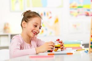 liten flicka gör läxor hemma foto