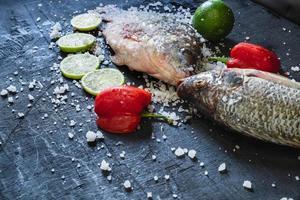 färska tilapia fiskar med salt och kryddor