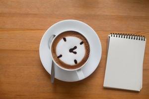 en kopp varm latte art kaffe foto