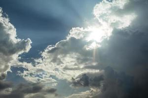 ljusstrålar på dramatisk molnig himmel foto