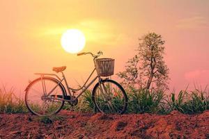 vintage cykel vid solnedgången foto