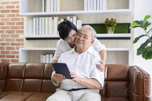 asiatiska par använder en tablett foto