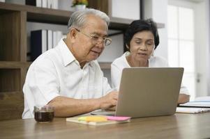 asiatiska äldre par på internet foto