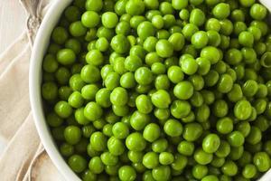 organiska ångade färska gröna ärtor foto