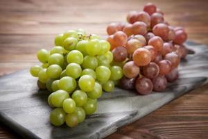 läckra druvor på ett köksbord