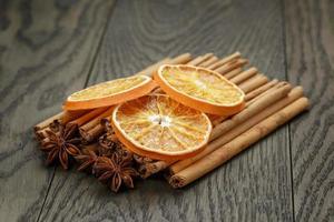 äkta kanelstänger och torkade apelsiner foto