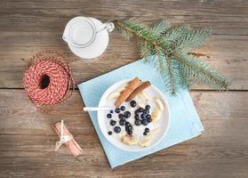 risgröt med mjölk, kanel, banan och blåbär med chri foto
