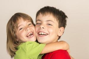 leende bröder foto