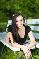 ung leende brunett foto