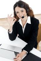 kvinna kundtjänstarbetare, call center leende operatör foto