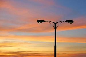 silhuett av gatubelysning med vacker skymning foto