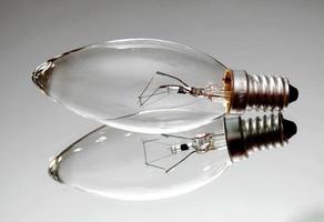 liten glödlampa på spegelytan