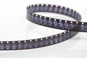 8 mm filmremsa på vit bakgrund foto