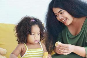 mor och dotter som leker med block foto