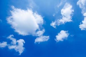 moln på den blå himlen foto