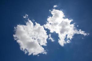 blå himmel och vitt moln foto