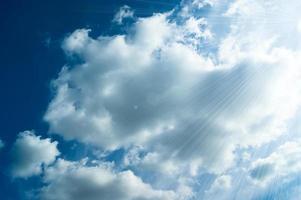 blå himmel med moln foto