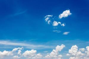 blå himmel och vita moln foto