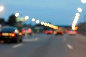 bakgrund av bokehljus på natten på väg med bilar