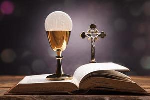 heliga föremål, bibel, bröd och vin foto