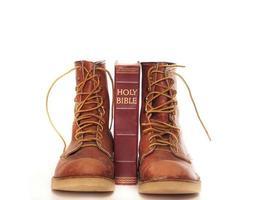 stövlar och bibel foto